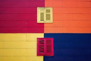 janelas coloridas no edifício colorido