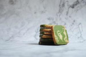 pão matcha fatiado em fundo de mármore