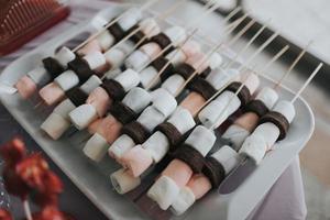 espetos de marshmallow em um prato