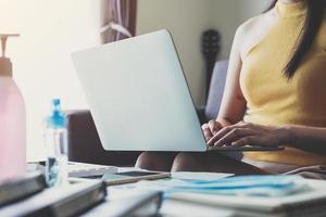 close-up da mulher trabalhando remotamente em casa foto