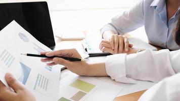 profissionais de negócios, discutindo resultados