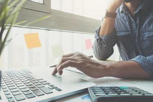 close-up do empresário trabalhando no computador portátil foto
