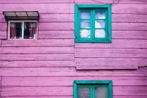 casa de madeira roxa foto