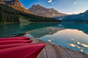 canoas vermelhas na doca perto da água foto