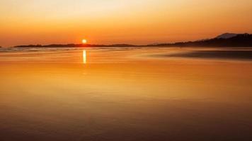 pôr do sol na ilha de vancouver foto