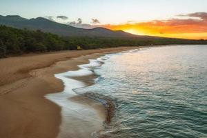 Praia de Makena durante o pôr do sol foto
