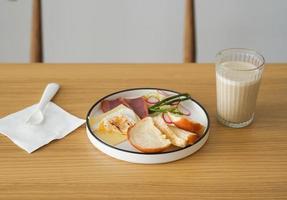 refeição com leite na mesa de madeira