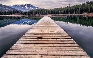 doca de madeira no lago durante o dia foto