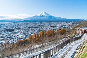 cidade de fujikawaguchiko em frente ao monte fuji foto