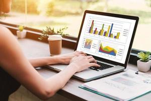 empresária usando laptop para trabalhar