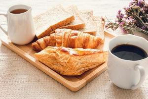 assados caseiros com café na mesa foto