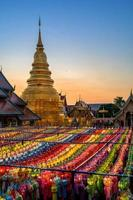 pôr do sol ilumina o céu no festival yi peng na Tailândia foto
