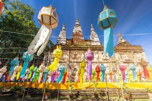 lanternas lanna brilhantes e coloridas penduram no festival yi peng na Tailândia foto