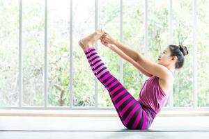 mulheres asiáticas está praticando treinamento de yoga na academia foto