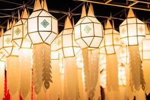 lanterna de papel lanna no festival yi peng, chiang mai, tailândia foto