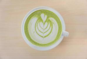 configuração plana de um chá verde com leite matcha foto