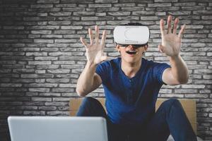 jovem no fone de ouvido da realidade virtual foto