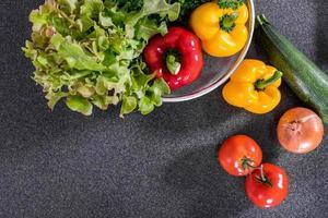 ingredientes para salada na bancada em granito