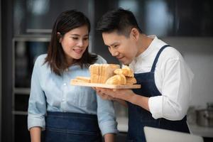 casal coze juntos em casa foto