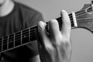 um guitarrista está tocando acordes foto