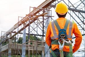 trabalhador da construção civil na frente do local de trabalho