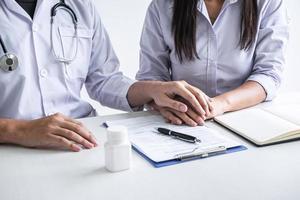 médico, segurando a mão do paciente foto