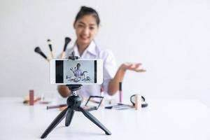 mulher vlogger faz tutorial de maquiagem foto