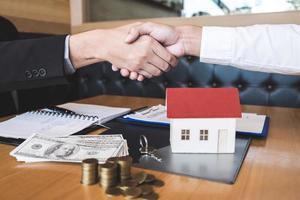 agente imobiliário apertando a mão do cliente foto