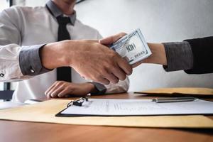 dois empresários estão realizando uma transação comercial