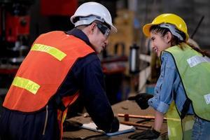 dois técnicos discutem o trabalho na fábrica foto