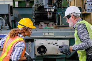 dois técnicos trabalham juntos para resolver o problema na fábrica