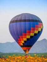 aterragem colorida do balão de ar quente