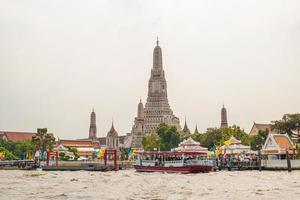 templo de wat arun ao lado do rio chao phraya foto