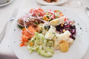 um prato de salada foto