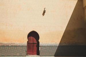 vista do exterior de um edifício marroquino foto