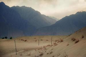 pôr do sol depois da tempestade de areia no deserto foto