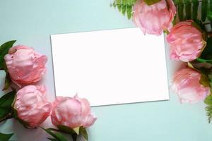vista superior de peônias com cartão branco