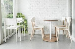 cadeiras e mesas brancas foto