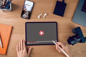 flay lay de uma pessoa editando vídeo