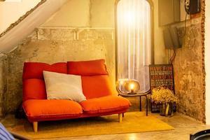 sofá da sala no espaço brilhante foto
