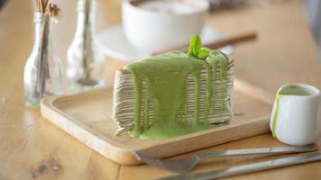 uma fatia. de bolo de crepe de chá verde foto