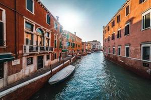 um canal de veneza foto