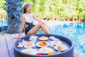 café da manhã na bandeja flutuante com mulher sorridente no fundo foto