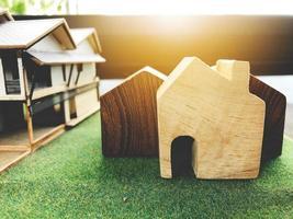 casas de madeira na grama do falso foto