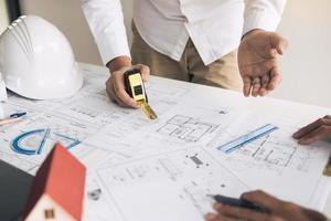 dois arquitetos trabalhando no projeto de construção foto
