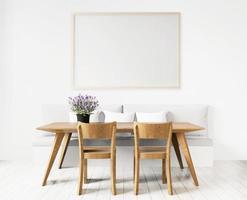 sala de jantar com placa de arte emoldurada em branco