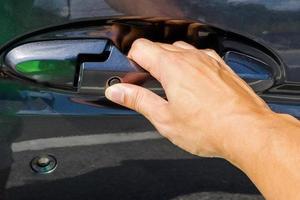 close-up de mão abrindo a porta do carro
