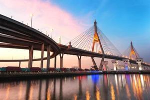 céu azul e rosa ao pôr do sol sobre a ponte de bhumibol, Tailândia foto
