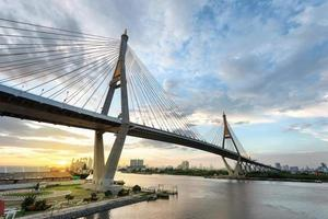 visão grande angular do pôr do sol sob a ponte bhumibol foto