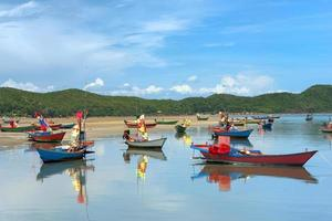 barcos de pesca no mar com fundo azul céu foto